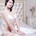 Фото девушки в белом белье на кровати